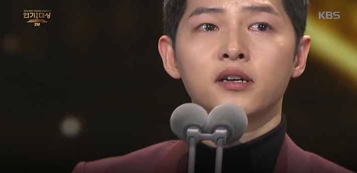 (사진=KBS 방송 캡쳐) 2016 KBS 연기대상에서 '대상'을 수상한 송중기가 눈물을 훔치고 있다.